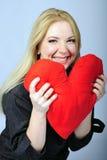 Красивейшая блондинка девушки с красным сердцем в руке Стоковые Изображения