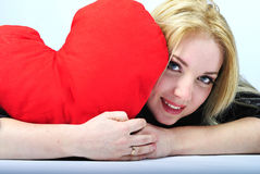 Красивейшая блондинка девушки с красным сердцем Стоковые Фотографии RF
