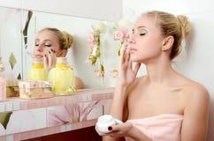 Красивейшая блондинка женщины кладет дальше сторону сливк стоковые фотографии rf