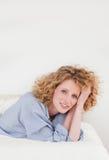 красивейшая блондинка лежа представляющ женщину Стоковое Фото