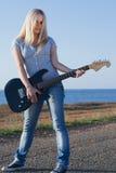 Красивейшая блондинка с гитарой Стоковое Изображение RF