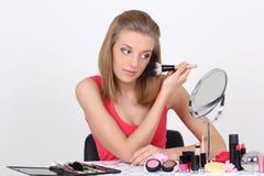 Красивейшая блондинка с составляет щетки и вспомогательное оборудование Стоковая Фотография RF