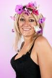 Красивейшая блондинка с цветками в ее волосах Стоковое Фото