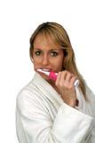 красивейшая блондинка 2 чистя ее зубы щеткой Стоковые Изображения