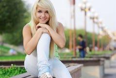 красивейшая блондинка outdoors Стоковое Изображение RF
