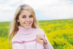 красивейшая блондинка outdoors Стоковые Изображения