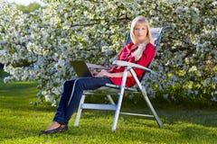 красивейшая блондинка outdoors Стоковое фото RF
