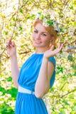 Красивейшая блондинка в голубом платье Стоковая Фотография