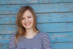 Красивейшая блондинка на голубой стене предпосылки Стоковая Фотография RF