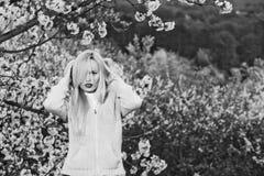 красивейшая вода солнца весны цветка девушка с красными губами и белокурыми волосами в цветении Стоковые Изображения
