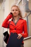 красивейшая вызывая женщина телефона Стоковые Изображения