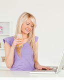 красивейшая выпивая женщина сока померанцовая ослабляя Стоковое фото RF