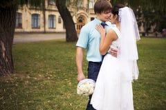 красивейшая влюбленность пар венчание сбора винограда дня пар одежды счастливое венчание заказа части платья Тиффани bl Стоковое Изображение RF