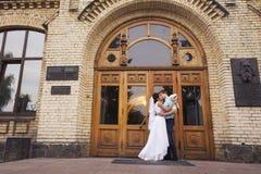 красивейшая влюбленность пар венчание сбора винограда дня пар одежды счастливое венчание заказа части платья Тиффани bl Стоковые Фотографии RF