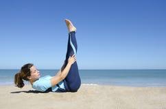 Красивейшая гимнастика девушки на тропическом пляже Стоковое Фото