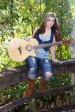 красивейшая гитара девушки 3 предназначенная для подростков Стоковое Фото