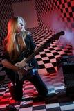 Красивейшая гитара kneels и владений девушки электрическая Стоковые Изображения RF