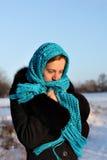 красивейшая голубая мысль шарфа девушки Стоковое Изображение