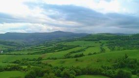 красивейшая гора ландшафта горы, трава, дорога, деревня сток-видео