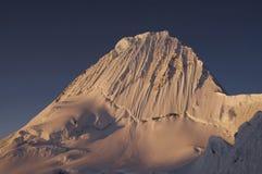Красивейшая гора Alpamayo Стоковое Фото