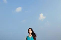 красивейшая голубая девушка над небом Стоковые Изображения RF
