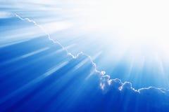 красивейшая голубая яркая ясность заволакивает белизна солнца неба рая светлая Стоковая Фотография RF