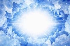 красивейшая голубая яркая ясность заволакивает белизна солнца неба рая светлая стоковые изображения rf