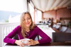 Красивейшая дама в кафе стоковые фотографии rf