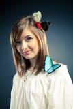 красивейшая девушка бабочки ее плечо Стоковое Изображение RF