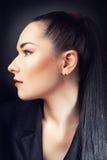 Красивейшая девушка брюнет. Здоровые длинние волосы Стоковые Изображения