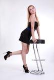 Красивейшая девушка в грациозно представлении около штанги c Стоковая Фотография RF