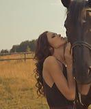 Красивейшая девушка в мантии с лошадью Стоковое Фото