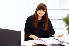 Красивейшая девушка в офисе. Стоковая Фотография RF