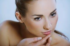 красивейшая девушка глянцует ее губу кладет детенышей Стоковое Изображение