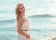 Красивейшая девушка гуляя вниз с пляжа Стоковые Изображения