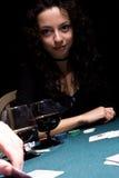 красивейшая девушка играя покер Стоковые Изображения RF