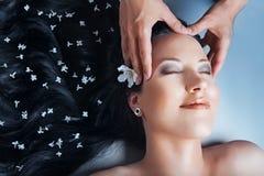 красивейшая девушка имея массаж Стоковое фото RF