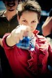 красивейшая девушка камеры указывая красный цвет Стоковая Фотография
