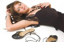 красивейшая девушка кладет ботинки Стоковая Фотография