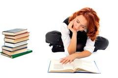 красивейшая девушка книги прочитала детенышей студента Стоковое Фото