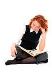 красивейшая девушка книги прочитала детенышей студента Стоковые Изображения RF