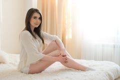 красивейшая девушка кровати стоковая фотография rf