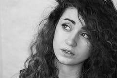 красивейшая девушка курчавая девушка с волосами Фото для вашего Стоковое Изображение RF