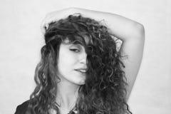 красивейшая девушка курчавая девушка с волосами фото Стоковые Изображения