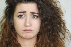 красивейшая девушка курчавая девушка с волосами фото Стоковое Фото