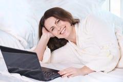 красивейшая девушка Надомный труд черная тетрадь положите белизну в постель стоковые фото