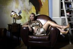 Красивейшая девушка на кресле Стоковые Изображения