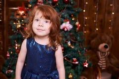 красивейшая девушка немногая Интерьер рождества голубое maike платья Стоковое фото RF