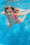 Красивейшая девушка плавает под водой в бассеине Стоковые Фотографии RF