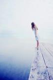 красивейшая девушка платья ее смотря белизна re Стоковое Фото